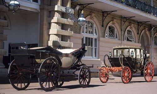 Ascot Landau (trái) và Scottish State Carriage (phải) thường được sử dụng trong đám cưới hoàng gia Anh tùy theo điều kiện thời tiết. Ảnh: AP.