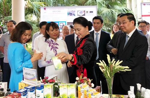 Chủ tịch Quốc hội Nguyễn Thị Kim Ngân và lãnh đạo bộngành thăm các sản phẩm nghiên cứu của Viện Hàn lâm Khoa học và Công nghệ Việt Nam. Ảnh: Bích Ngọc.
