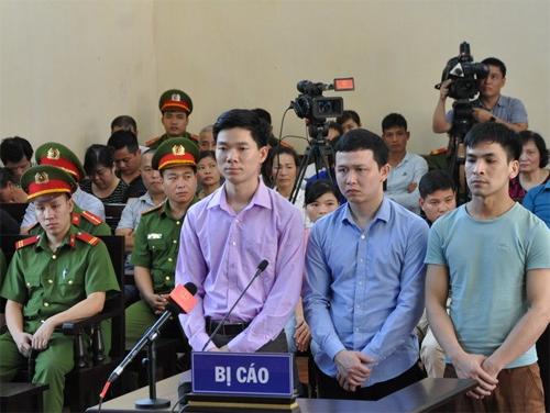 Bị cáo Hoàng Công Lương (áo tím) và bị cáo Quốc, Sơn. Ảnh: Vietnam+