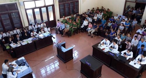 Phiên tòa diễn ra tại TAND thành phố Hòa Bình. Ảnh: TTXVN