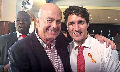 Peter Dalglish (trái) chụp cùng Thủ tướng Canada Justin Trudeau trong một sự kiện nhân đạo. Ảnh: Globe and Mail.