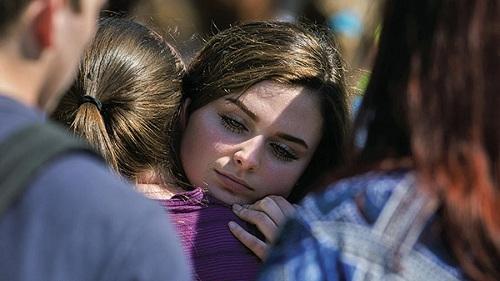 Một em học sinh được mẹ tới đón.Ảnh: Chicago Tribune.