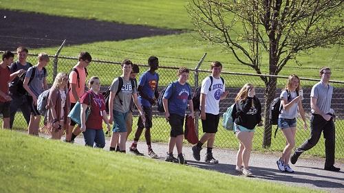 Học sinh rời khỏi trường Dixon sau vụ nổ súng sáng hôm qua. Ảnh:Chicago Tribune.