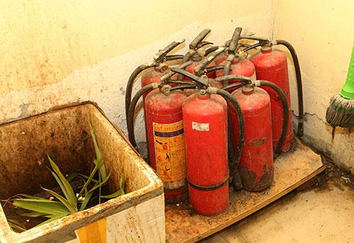 Hệ thống bình chữa cháy trong các chung cư này không hoạt động. Ảnh: Phương Sơn