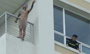 Thanh niên khỏa thân trèo ra lan can tầng 10 bệnh viện