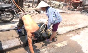Người Hà Nội vật vã tìm cách chống nắng nóng đầu mùa