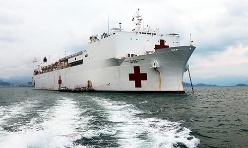 Tàu bệnh viện gần 1.000 giường của Hải quân Mỹ trên vịnh Nha Trang. Ảnh: Xuân Ngọc.