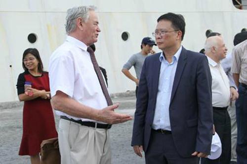 Viện sĩ Sergienko (Nga) trò chuyện cùng GS Châu Văn Minh vềtàu nghiên cứu biển mang tên Viện sĩ Oparin. Ảnh: Viện Hàn lâm Khoa học và Công nghệ Việt Nam.