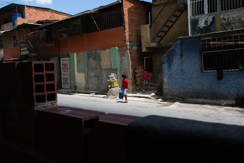 Khu dân cư Petare ngoại ô thủ đô Caracas, Venezuela. Ảnh: Washington Post.