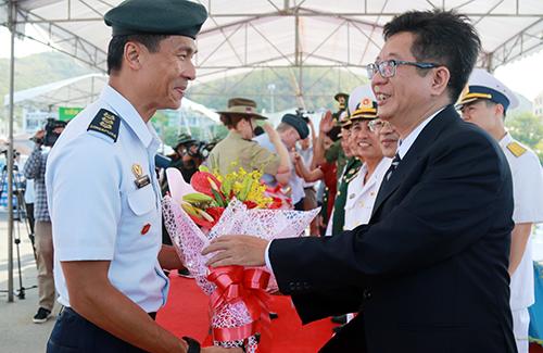 Lãnh đạo Sở Ngoại vụ Khánh Hòa (tay phải) tặng hoa