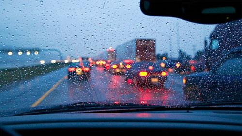 Bật đèn khẩn cấp khi lái xe dưới trời mưa lớn hay sương mù là phạm luật tại Florida. Ảnh: Howstuffworks.