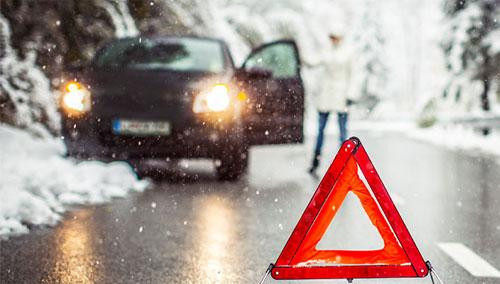 Theo luật của một số bang ở Mỹ, đèn khẩn cấp chỉ được dùng trong tình huống khẩn cấp, khi xe hỏng và đỗ một chỗ. Ảnh: Ensurance.