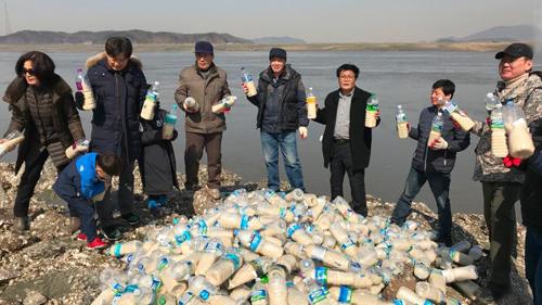 Các nhà hoạt động Hàn Quốc chuẩn bị ném chai chứa gạo, tiền, thuốc và thông tin tuyên truyền sang Triều Tiên. Ảnh: CNN.