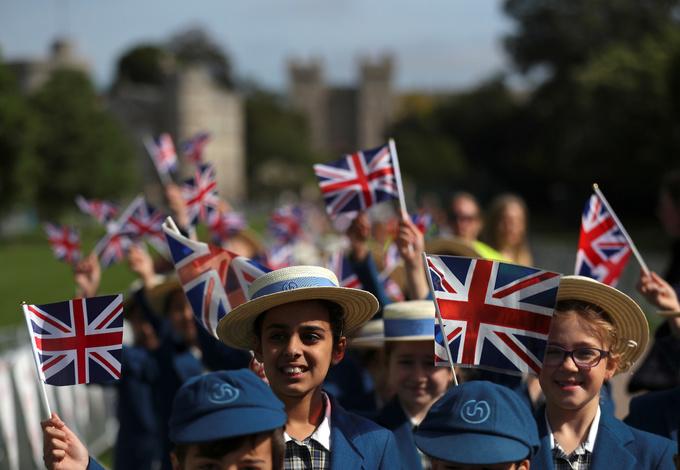 Người dân ngủ ngoài đường để giữ chỗ quan sát đám cưới hoàng gia Anh