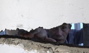 Hàng loạt nhà dân TP HCM bị sụt lún cạnh chung cư đang xây