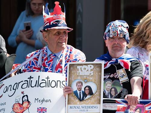 Người dân tập trung bên ngoài lâu đài Windsor chờ đón hôn lễ hoàng gia. Ảnh: WireImage