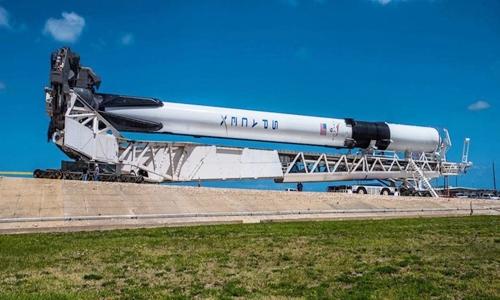 Tên lửa Falcon 9 Block 5 của SpaceX được vận chuyển đến bệ phóng ở Mũi Canaveral, Florida, Mỹ. Ảnh: SpaceX.