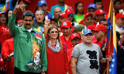 Tổng thống Venezuela Maduro (trái) cùng vợ Cilia Flores và huyền thoại bóng đá Maradona kêu gọi bầu cử tại thủ đô Caracas hôm 17/5. Ảnh:Reuters.