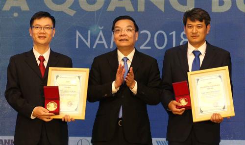 Bộ trưởng Chu Ngọc Anh trao giải cho hai tác giả được giải chính. Ảnh: Anh Tuấn