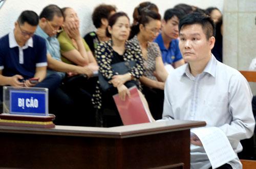 Bị cáo Phạm Thanh Hải (áo trắng, bên phải)tại tòa.