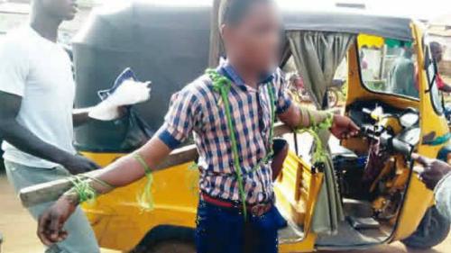 Hình phạt bị đánh giá là hành động man rợ trên đường phố Nigeria. Ảnh: Punch