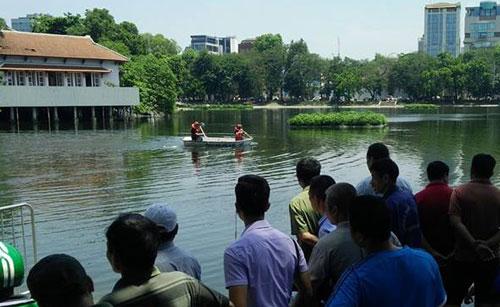 Lực lượng cứu hồ đi tuyền ra giữa hồ tìm kiếm thi thể người đàn ông.