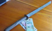 Bốn thanh niên cầm kiếm xin 100.000 đồng của tài xế