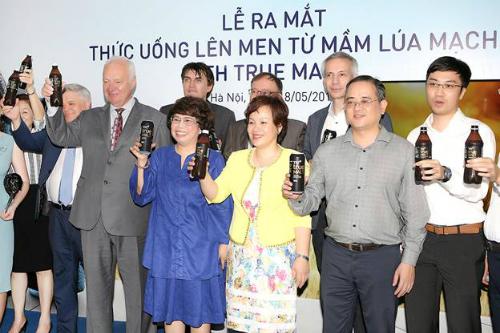 Ngài Đại sứ đặc mệnh toàn quyền Liên bang Nga tại Việt Nam Konstantin Vasilievich Vnukov cùng Bà Thái Hương và đại biểu tham dự Lễ ra mắt TH true MALT ngày 18/05.