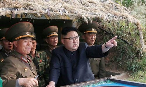 Lãnh đạo Triều Tiên Kim Jong-un và các chỉ huy quân đội nước này trong một cuộc thị sát quân sự hồi năm 2017. Ảnh: KCNA.