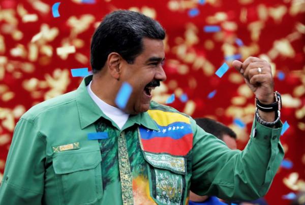 Tổng thống Venezuela Nicolas Maduro chào mừng người ủng hộ trong buổi kết thúc chiến dịch tranh cử