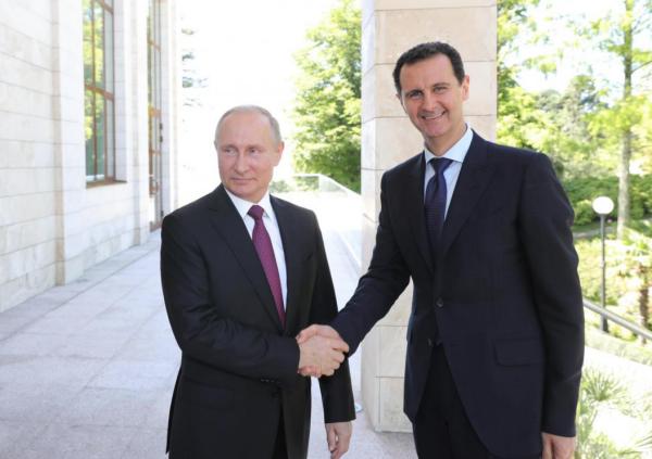 Tổng thống Nga và Syria bắt tay tại Sochi. Ảnh: Reuters.