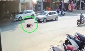 Người phụ nữ đi bộ sang đường không dứt khoát bị ôtô hất tung