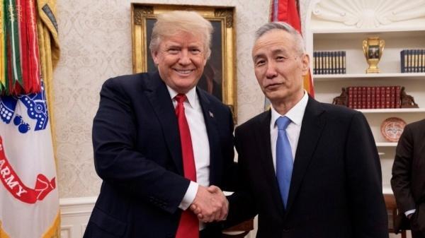 Ông Trump bắt tay với ông Lưu tại Nhà Trắng. Ảnh: Twitter.