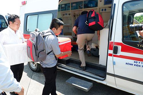 Các bác sĩ lên xe cứu thương đến bệnh viện Trung ương Huế.