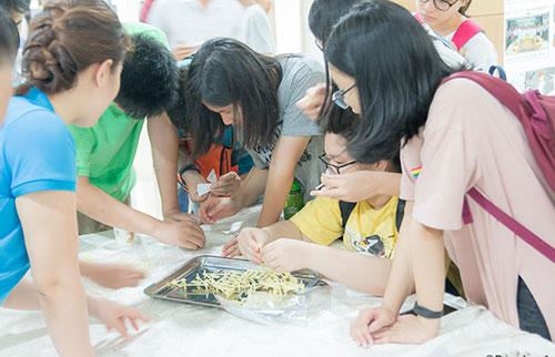 Học sinh tham gia ngày hội vũ trụ. Ảnh: VNSC.