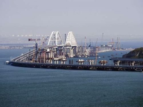 Cây cầu nối Nga với bán đảo Crimea trong ngày hoạt động đầu tiên. Ảnh:AP.