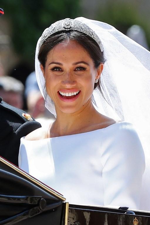 Vợ mới cưới của Hoàng tử Anh tươi cười trước đám đông hò reo chào mừng. Ảnh: AFP.