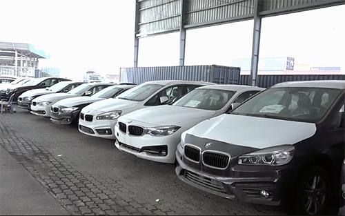Lô xe BMW nằm tại cảng vẫn chưa thể tái xuất.