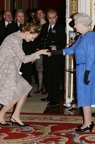 Diễn viênUma Thurman nhún gối khi chào Nữ hoàng Anh năm 2009. Ảnh: ITV.