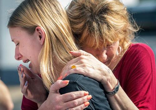Học sinh trường Santa Fe khóc khi gặp bố mẹ. Ảnh: CNN.