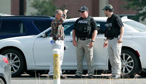 Cảnh sát kiểm tra quanh trường Santa Fe. Ảnh: AP.