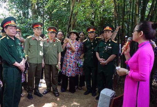 Rất nhiều cựu quân nhân đến thăm di tích Kim Liên. Ảnh: Nguyễn Hải.
