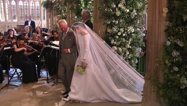 Thái tử Charles dắt cô dâu vào lễ đường.