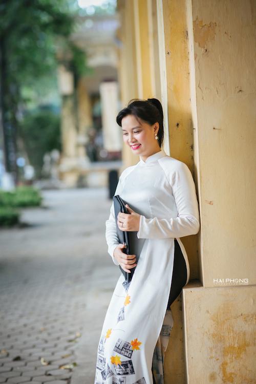 Nét e thẹn của cô nữ sinh đã xa mái trường 20 năm khi được mặc tà áo dài mang tên Lê Quý Đôn -Hà Đông.