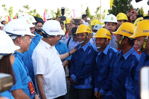 Thủ tướng hỏi thăm công nhân khu công nghiệp Đồng Văn. Ảnh: Gia Chính