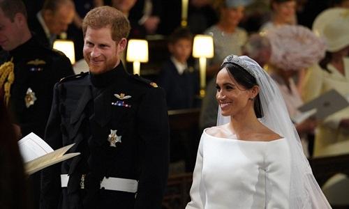 Vương miện kim cương được Nữ hoàng Elizabeth cho Meghan mượn để đội trong lễ cưới. Ảnh: AP.