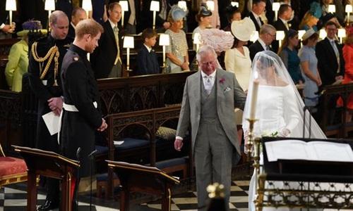 Thái tử Charles là ngườiđưa Meghan vào lễ đường. Ảnh: PA.