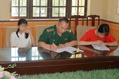 Hai nữ sinh bị bán sang Trung Quốc được bàn giao cho gia đình. Ảnh: QTV