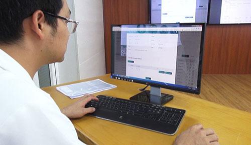 Bác sĩ Trần Xuân Vĩnh đang thực hiện việc