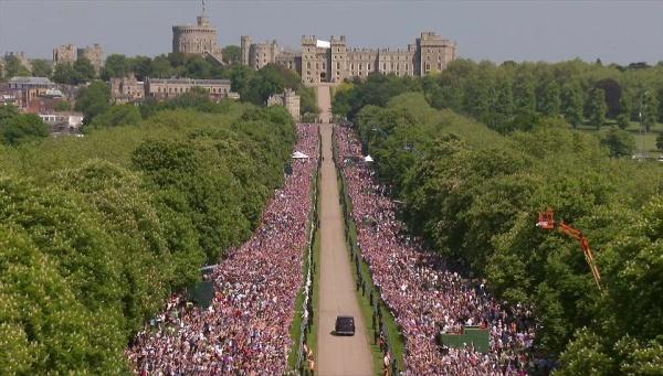 Xe chở cô dâu đi tới lâu đài.